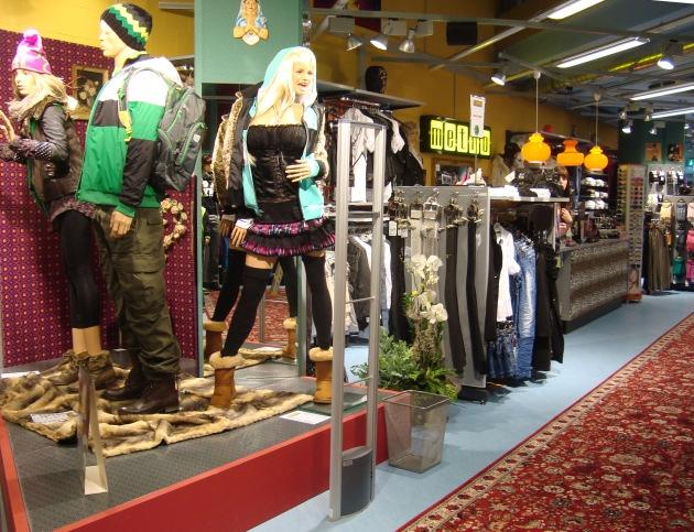 """METRO BOUTIQUE eroeffnet am 13. Oktober 2011 einen Multibrand-Shop in Winterthur. Die Produkte werden von Trendscouts sorgfältig ausgesucht - nur das Trendigste und Angesagteste ist im Shop erhältlich. Bei METRO gibt's für jeden Geschmack etwas, sei es HipHop-, Skate-, Surf-, Punk-, Rock-, Emo-, Gothic- oder Partystyle - und dazu eine grosse Auswahl an Schuhen! Für Unentschlossene gibt es fixfertige Kombi-Outfits für jeden Style & Event. / Weiterer Text ueber ots und auf https://www.presseportal.ch. Die Verwendung dieses Bildes ist fuer redaktionelle Zwecke honorarfrei. Veröffentlichung unter Quellenangabe: """"obs/Metro Boutiques AG"""""""