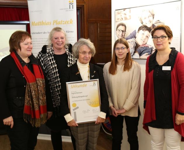 """Urkunde für die """"Botschafterin der Wärme"""" Ingrid Heinsen / Foto: © VNG-Stiftung"""