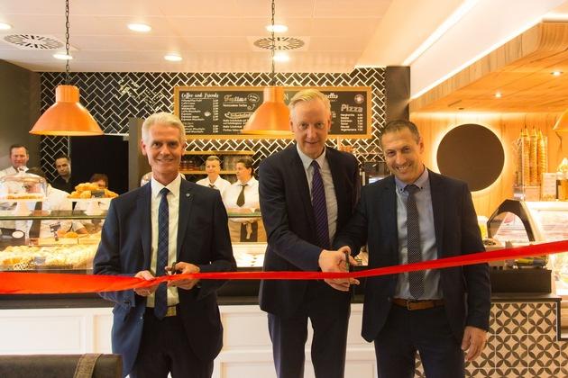 Von links: Dr. med. Jan Hülsemann, ärztlicher Direktor UKMD, Hermann Kanne-Hunfeld, Inhaber Kanne Group u. bisheriger Geschäftsführer Kanne Café, und Francesco Barboni, Geschäftsführer Kanne Café.