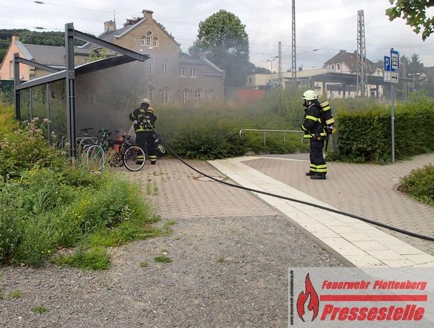 Der Motorroller brannte bei Eintreffen der Feuerwehr im Bereich der Bahnhofsunterführung in voller Ausdehnung
