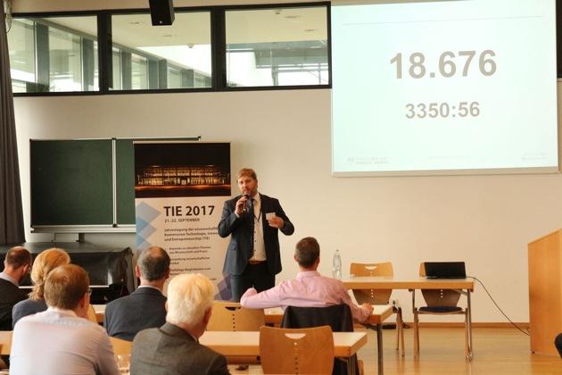 Jun.-Prof. Dr. Mario Schaarschmidt eröffnet die Veranstaltung