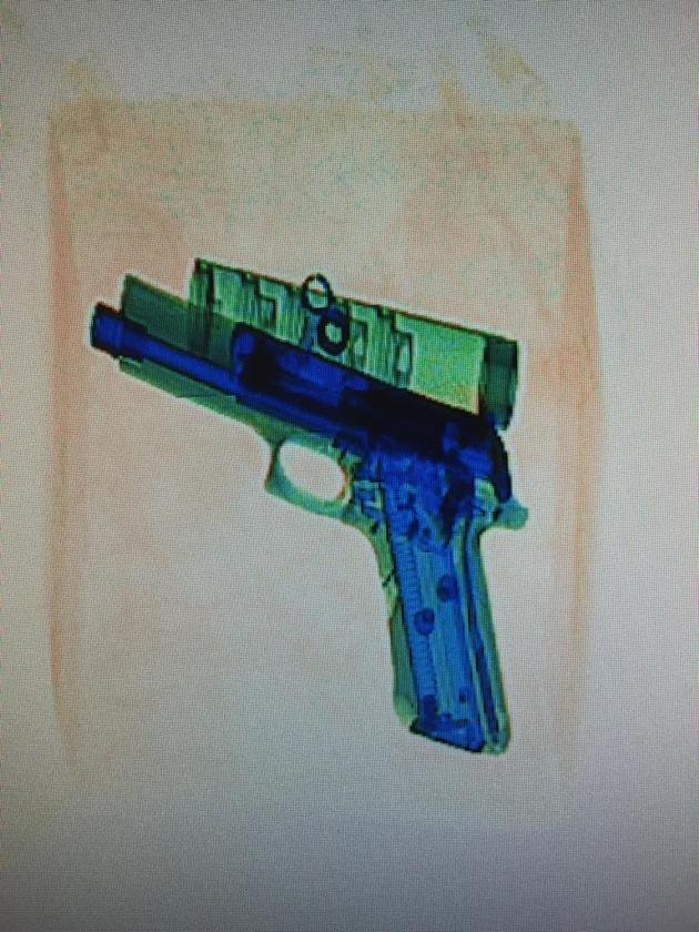 Roentgenaufnahme einer Pistole in einem Postpaket