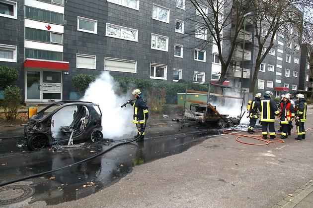 Beide Fahrzeuge stehen auf ihren Felgen, die Reifen sind ebenso weggebrannt wie der übrige Kunststoff. Foto: Mike Filzen