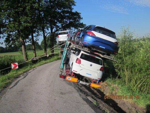 Anwohner und Feuerwehr Basbeck sicherten den mit 4 Neuwagen beladenen Anhänger gegen Umstürzen