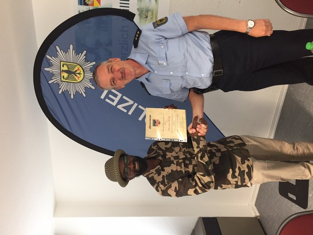 Polizeidirektor Helmut Langenbach bedankt sich bei dem Lebensretter!
