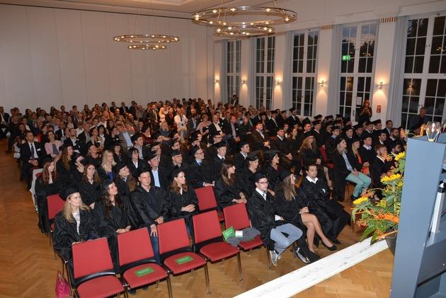 Stuttgarter AKAD University feiert ihre Absolventen