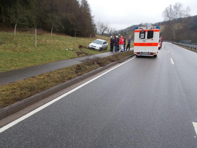 Die Frau war auf der regennassen Fahrbahn offensichtlich zu schnell unterwegs. In einer Rechtskurve, etwa 400 Meter vor Olsbrücken, kam ihr Wagen ins Schleudern und nach links von der Straße ab.