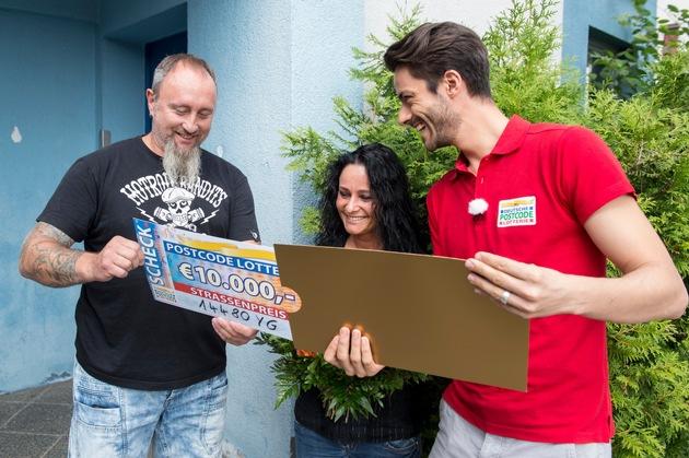 Der Moment, in dem René erfährt, wie hoch die Gewinnsumme ist. Foto: Postcode Lotterie/Marco Urban