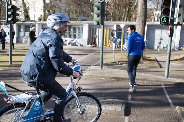 """Ford Fahrradtraining mit Geflüchteten / Abbiegen an Ampel / Weiterer Text über ots und www.presseportal.de/nr/6955 / Die Verwendung dieses Bildes ist für redaktionelle Zwecke honorarfrei. Veröffentlichung bitte unter Quellenangabe: """"obs/Ford-Werke GmbH"""""""