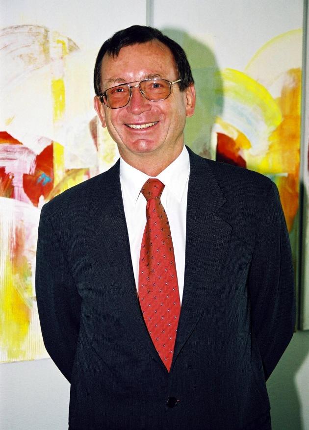 Tritt gemäß der Bertelsmann Richtlinien am 30. Aprill 2002 zurück: Dr. Uwe Swientek, Vorsitzender der Geschäftsführung der Speichermedien innerhalb der Bertelsmann Arvato AG.