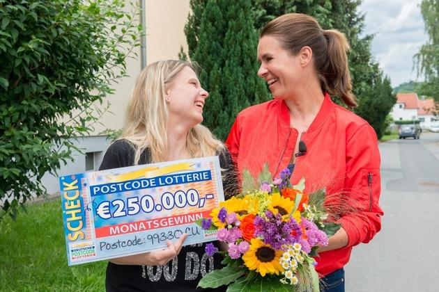 Katarina Witt bei der Scheckübergabe über 250.000 Euro mit Monatsgewinnerin Claudia in Gräfenroda. Foto: Postcode Lotterie/Wolfgang Wedel