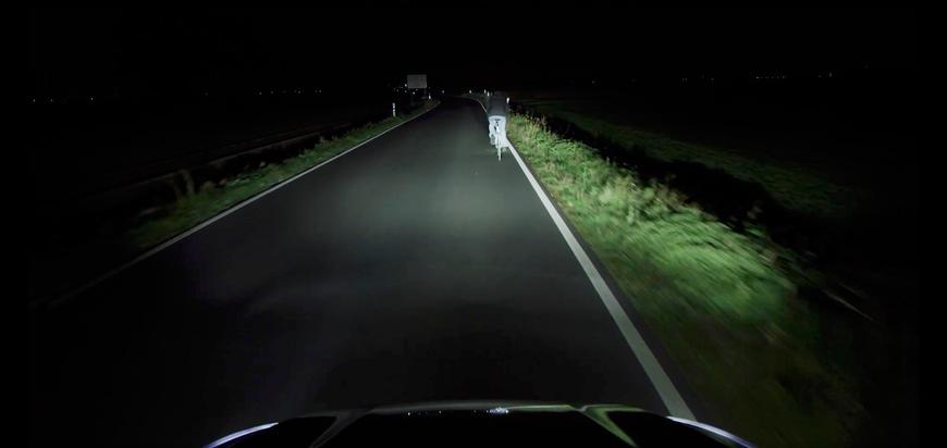 """Es ist Herbst und zudem wird es am kommenden Wochenende durch die Umstellung von der Sommer- auf die Winterzeit abends noch früher dunkel. Für die Fahrer des neuen Ford Focus dürfte Dunkelheit kein Problem sein, denn für die seit September verfügbare neue Ford Focus-Generation sind auf Wunsch intelligente LED-Scheinwerfer mit blendfreiem Fernlicht-Assistenten und kamerabasiertem Kurvenlicht lieferbar. Sie reagieren zum ersten Mal überhaupt auch auf Verkehrsschilder entlang der Fahrbahn und passen den Scheinwerferkegel bereits vor dem Lenkradeinschlag dem realen Straßenverlauf an. Das ist eine gut Nachricht für schlecht erkenbare Verkehrsteilnehmer wie Fahrradfahrer oder Fußgänger, die sich nachts gerade am Straßenrand, in Kreuzungsbereichen oder in einer Kurve befinden, wenn das Auto an ihnen vorbeifährt. Weiterer Text über ots und www.presseportal.de/nr/6955 / Die Verwendung dieses Bildes ist für redaktionelle Zwecke honorarfrei. Veröffentlichung bitte unter Quellenangabe: """"obs/Ford-Werke GmbH"""""""