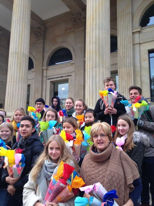 Rund 20 Waldorfschülerinnen und -schüler aus Hannover und Sorsum übergeben die selbst gebastelten Schultüten an die neu gewählten Landtagsabgeordneten.
