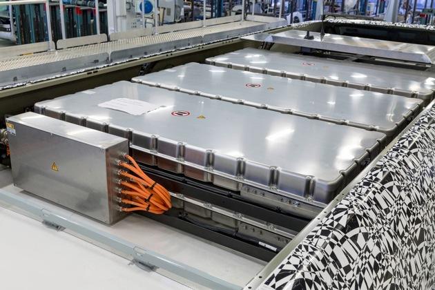 Batteriesysteme vom Typ AKASYSTEM OEM werden im Dach des Elektrobusses verbaut (Copyright: Daimler EvoBus)