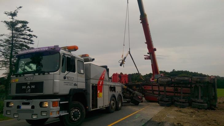 FW-EN: Verkehrsunfall mit umgekipptem Sattelzug