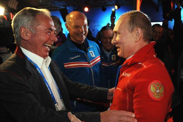 """""""Herzlich Willkommen!"""": Russlands Präsident Wladimir Putin (re.) besuchte bereits am zweiten Tag der Olympischen Spiele das Austria Tirol House. Putin dokumentiert damit seine Verbundenheit mit Tirols Skilegende Karl Schranz (li.) und dem Land."""