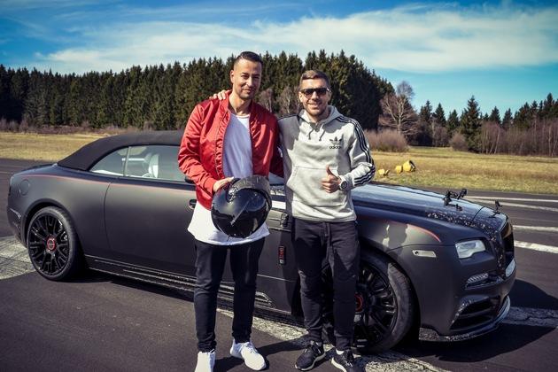 """Farid trifft Lukas Podolski in """"Farid - Magic Unplugged"""" Weiterer Text über ots und www.presseportal.de/nr/33221 / Die Verwendung dieses Bildes ist für redaktionelle Zwecke honorarfrei. Veröffentlichung bitte unter Quellenangabe: """"obs/Sky Deutschland"""""""