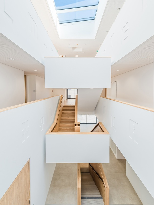 Das Lehr- und Verwaltungsgebäude in der Moltkestraße wird über ein zentrales Atriumtreppenhaus erschlossen. Eine freitragende Treppe erschließt die zum Atrium hin offenen Flure, die Treppenpodeste werden zu Galerie- und Begegnungsplateaus. (Foto: sturm und wartzeck gmbh)