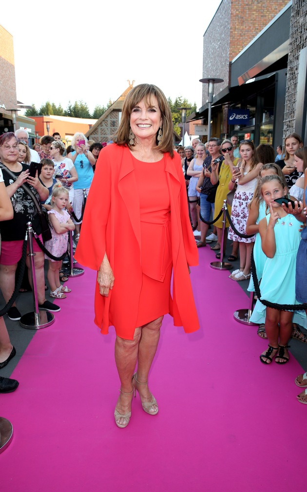 "Zahlreiche, internationale Superstars auf dem pinken Teppich beim Late Night Shopping in Soltau / SOLTAU, GERMANY - AUGUST 03: Linda Gray attends the Late Night Shopping at Designer Outlet Soltau on August 3, 2018 in Soltau, Germany. (Photo by Mathis Wienand/Getty Images for Designer Outlet Soltau) / Weiterer Text über ots und www.presseportal.de/nr/112085 / Die Verwendung dieses Bildes ist für redaktionelle Zwecke honorarfrei. Veröffentlichung bitte unter Quellenangabe: ""obs/Designer Outlet Soltau/Mathis Wienand"""