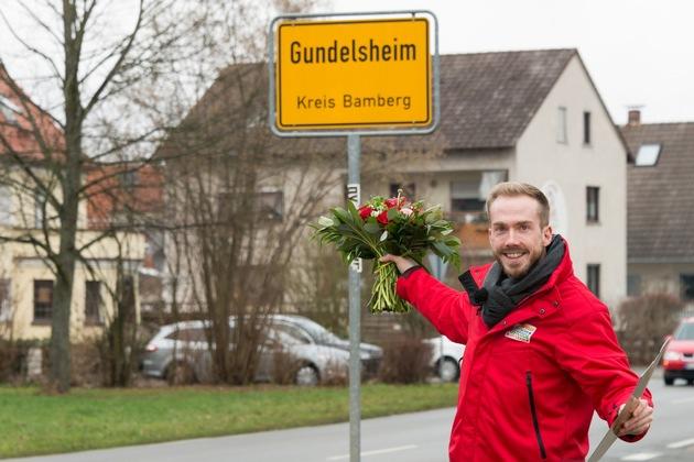 Postcode-Moderator Felix Uhlig ist nach Gundelsheim gereist, um die Gewinnerin zu überraschen. Foto: Postcode Lotterie/Wolfgang Wedel