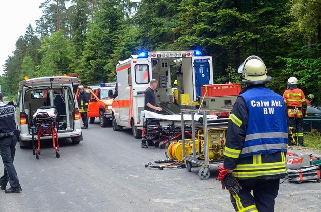 Feuerwehr und Rettungsdienst retten zwei Personen aus völlig demolierten Kleinwagen. Eine honorarfreie Verwendung der Bilder nur unter der vollständigen Quellenangabe. Quelle: Feuerwehr Neubulach | Udo Zink