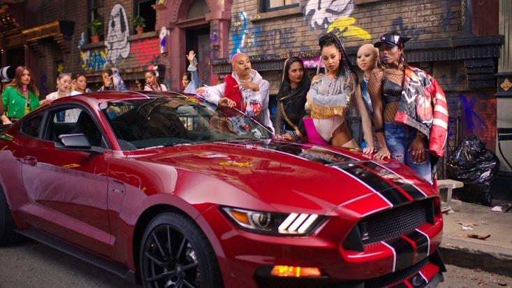 """Auftritt des Ford Mustang GT im neuen Musikvideo der britischen R & B-Gruppe """"Little Mix"""""""