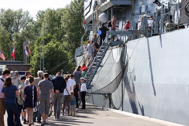 Gäste stehen Schlange für das Open Ship zur Kieler Woche
