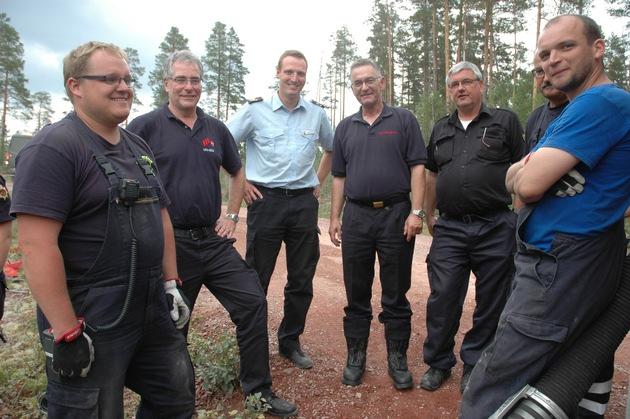 Karl Heinz Banse (Präsident LFV Niedersachen, 2.v.l.), Martin Voß (Leiter NABK-Büro, 3.v.l.), Hartmut Ziebs (DFV-Präsident, 4.v.l.) und Bernd Fischer (KBM Nienburg/Weser, 5.v.l.) mit Einsatzkräften aus dem KFV Nienburg/Weser.