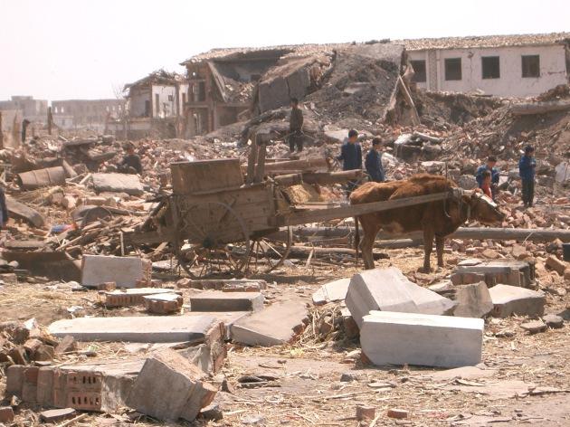 """Aufräumungsarbeiten: Die Einwohner von Ryongchon haben sofort nach dem Zugunglück damit begonnen, die Trümmer zu beseitigen. Die Verwendung dieses Bildes ist für redaktionelle Zwecke honorarfrei. Abdruck bitte unter Quellenangabe: """"obs/ Deutsche Welthungerhilfe """""""