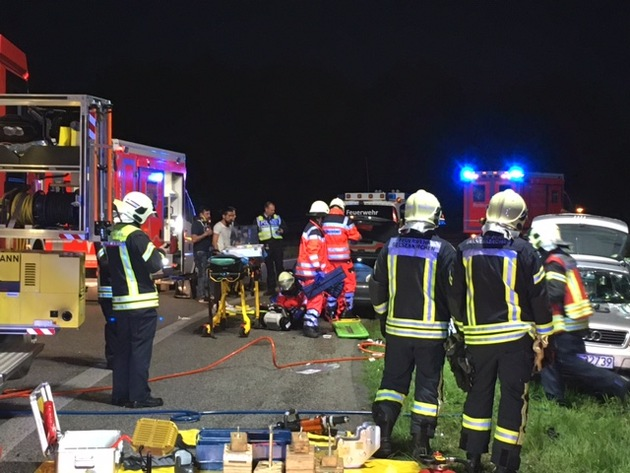 FW-GE: Schwerer Verkehrsunfall im Bereich der Zufahrt/Abfahrt der BAB 42 Anschlussstelle Gelsenkirchen Zentrum - Eine Person eingeklemmt-