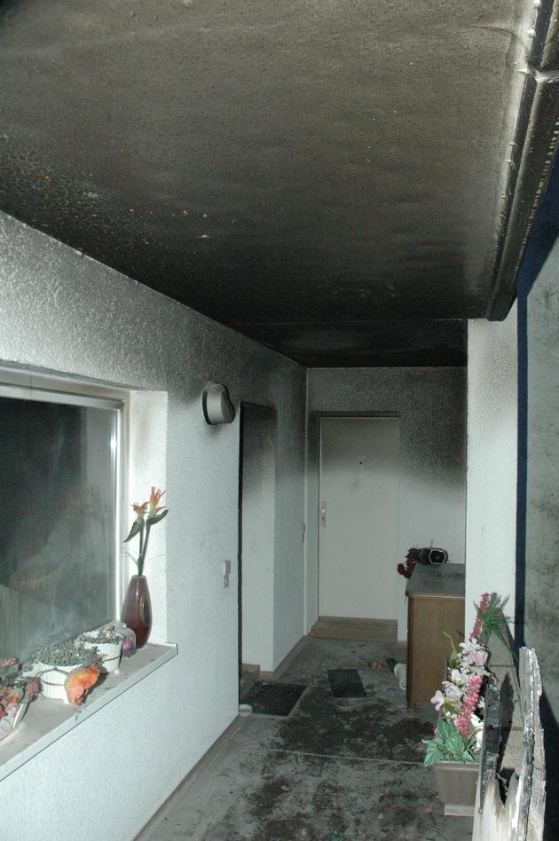 FW Ratingen: Wohnungsbrand in Ratingen - Bewohnerin schwer verletzt