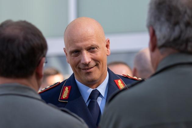 Der Inspekteur der Luftwaffe, Generalleutnant Ingo Gerhartz, im Gespräch mit Soldaten