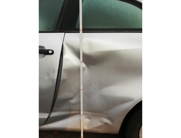 Von Unbekanntem bei Unfall zwischen 3.12. und 5.12.18 verursachter Schaden an geparktem Pkw in der Heinrich-Heine-Straße in Kassel. Zeugen gesucht.