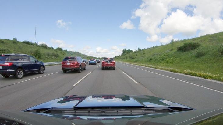 """Die Theorie des Schmetterlingseffekts geht davon aus, dass ein einzelner Autofahrer für einen Stau verantwortlich sein kann. Sein Verhalten - ein Verbremser, ein Überholvorgang oder ein anderes Fahrmanöver, durch das die hinter ihm fahrenden Autofahrer stark abbremsen müssen - löst eine Kettenreaktion aus und verstärkt sich von Fahrzeug zu Fahrzeug dermaßen, dass viele Kilometer und Minuten später ein erstes Auto bis zum Stillstand abbremsen muss. Ein Stau """"quasi aus dem Nichts"""" entsteht - ein Phantomstau. Nun haben Ford und Wissenschaftler von der privaten Vanderbilt University in Tennessee, USA, gezeigt, dass sich solche Phantomstaus durch die Verwendung von adaptiven Geschwindigkeitsregelanlagen ACC (ACC = Adaptive Cruise Control) reduzieren lassen. Diese Fahrer-Assistenztechnologie passt die eigene Geschwindigkeit automatisch dem Tempo des vorausfahrenden Fahrzeugs an und ist für 80 Prozent der europäischen Ford-Baureihen lieferbar, angefangen beim Ford Fiesta bis hin zu Transit-Modellen. Weiterer Text über ots und www.presseportal.de/nr/6955 / Die Verwendung dieses Bildes ist für redaktionelle Zwecke honorarfrei. Veröffentlichung bitte unter Quellenangabe: """"obs/Ford-Werke GmbH"""""""