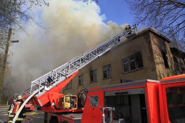 An der rechten Ecke des etwa 45 Meter breiten Objektes frass sich das Feuer in die Dachkonstruktion. Foto: Mike Flzen
