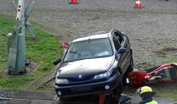 Unfall direkt auf dem Bahnübergang zwischen Pkw und Motorroller