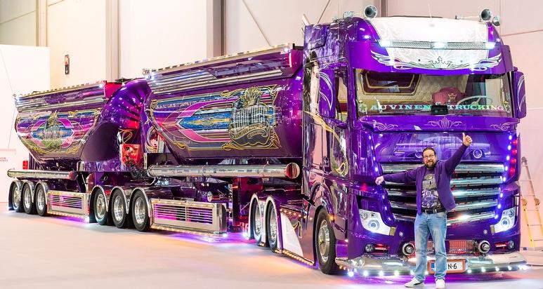 """Violett ist Maras Lieblingsfarbe: Mit dem Mercedes-Benz Actros 2663 Lowrider gewinnt der Besitzer Mika Auvinen nicht nur Titel auf Festivals, sondern er verdient damit auch seine Brötchen. Denn der farbenfrohe 76 Tonnen schwere Blickfang des Finnen wird im Logistikgewerbe eingesetzt und transportiert normalerweise Zement. Rund 6.000 Arbeitsstunden und 450.000 Euro Materialkosten waren notwendig, um den Truck in ein violettes Kunstwerk zu verwandeln. Dieses und weitere Crazy Cars erwarten Besucher und Fans auf dem PS-Festival Essen Motor Show vom 1. bis zum 9. Dezember (30. November: Preview Day) in der Messe Essen.  --- 28-11-2018/Essen/Germany Foto: Rainer Schimm/©MESSE ESSEN GmbH --- Die Messe Essen haftet nicht für Verletzung von Rechten abgebildeter Personen und/oder Objekten. Es werden durch die Messe Essen keine Persönlichkeits-, Eigentums-, Kunst-, Marken- oder ähnliche Rechte eingeräumt, die Einholung der o.g. Rechte obliegt allein dem Nutzer. Der Verkauf und die Weitergabe der Bilddatei an Dritte sowie das nicht-autorisierte Kopieren oder sonstige Vervielfältigen dieser Bilddatei auf alle Arten von Datenträgern ist nicht gestattet.  --- Messe Essen will not be liable for the infringement of rights of depicted people and/or objects. Messe Essen will not grant any personality, ownership, artistic, trademark or similar rights. The user alone will be responsible for obtaining the above rights. It will not be allowed to sell or pass on the picture file to third parties or to copy or otherwise duplicate this picture file on to any types of data carriers without authorisation. Weiterer Text über ots und www.presseportal.de/nr/50637 / Die Verwendung dieses Bildes ist für redaktionelle Zwecke honorarfrei. Veröffentlichung bitte unter Quellenangabe: """"obs/Messe Essen GmbH/Rainer Schimm/MESSE ESSEN"""""""