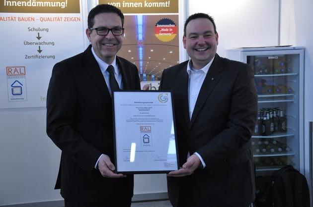 Zertifikatsübergabe durch Kay Beyen, Obmann Güteausschuss der GG-CERT, an Christian Poprawa, Direktor Marketing Saint-Gobain Weber