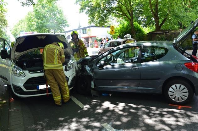 FW Ratingen: Verkehrsunfall mit vier verletzten Personen