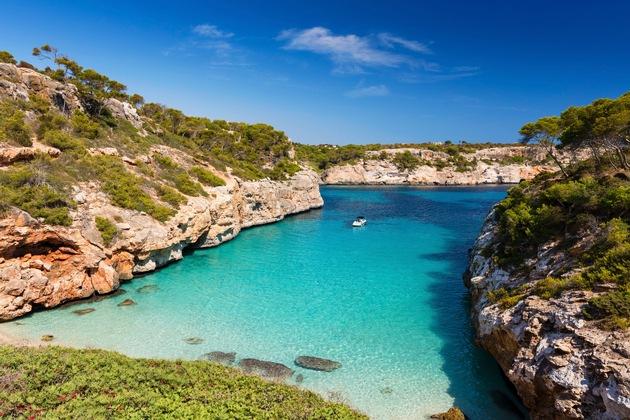 Kristallklares Wasser und eine einzigartige Natur: Die Caló des Moro ist die beliebteste Bucht Mallorcas ?  das sehen auch die Einheimischen so. Foto: Urlaubsguru/iStock/zstockphotos
