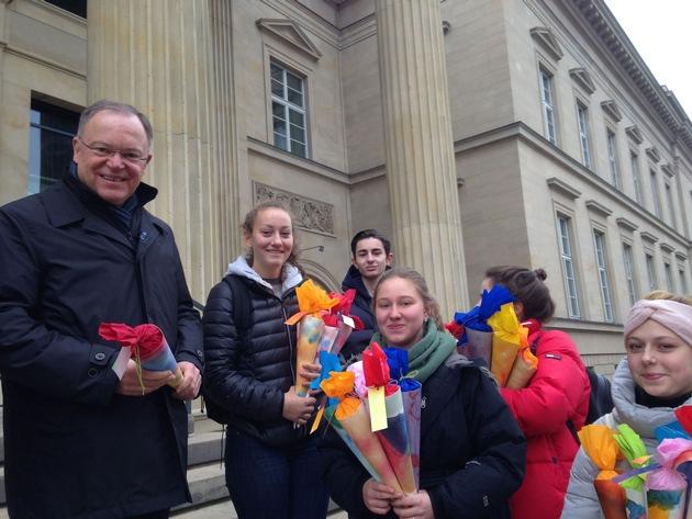 Stephan Weil (SPD) mit Waldorfschülerinnen und -schülern vor dem niedersächsischen Landtag