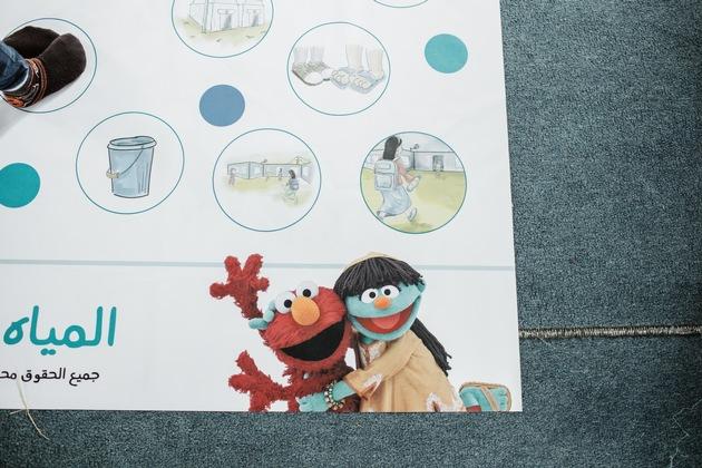 Elmo und Raya sind auf dem Lehr-und Spielmaterial der Initiative WASH-UP! überall präsent. Foto: World Vision