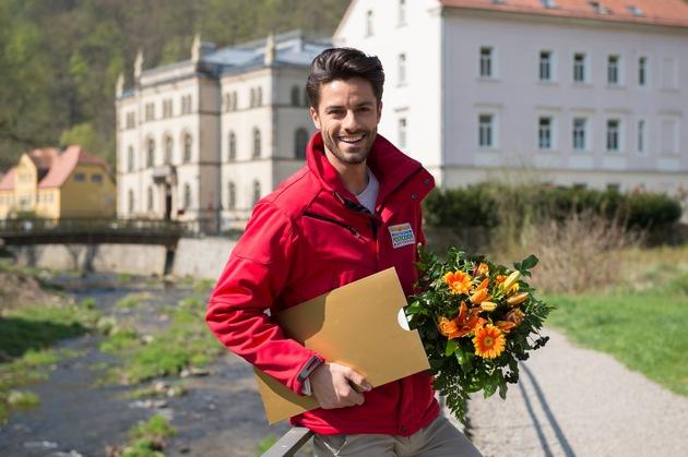 Weite Anreise: Postcode-Moderator Giuliano Lenz freut sich auf den Moment der Scheckübergabe und Überraschung. Foto: Postcode Lotterie/Marco Urban
