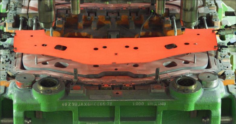 """In der Hotforming-Anlage im Ford-Werk Saarlouis werden Karosserieteile des neuen Ford Focus zunächst auf 930 Grad erhitzt, bevor sie in die 1250-Tonnen-Presse gelangen. Weiterer Text über ots und www.presseportal.de/nr/6955 / Die Verwendung dieses Bildes ist für redaktionelle Zwecke honorarfrei. Veröffentlichung bitte unter Quellenangabe: """"obs/Ford-Werke GmbH"""""""
