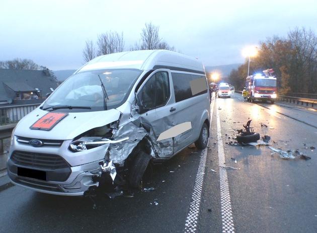 Die drei Insassen des Ford Transit wurden ebenfalls verletzt. Foto: Polizei Minden-Lübbecke