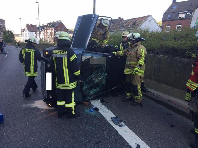 FW-Stolberg: Drei Verletzte und hoher Sachschaden  bei  schwerem Verkehrsunfall