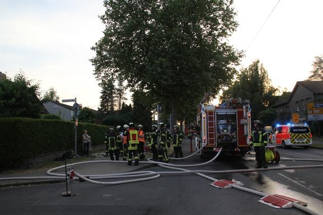 Einsatzkräfte beim Dachstuhlbrand