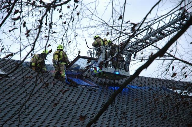 FW Ratingen: Dachstuhlbrand rechtzeitig unter Kontrolle