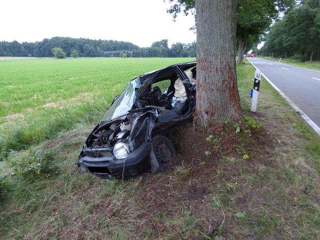 Der Fahrer des Kleinwagens wurde bei dem Unfall schwer verletzt.