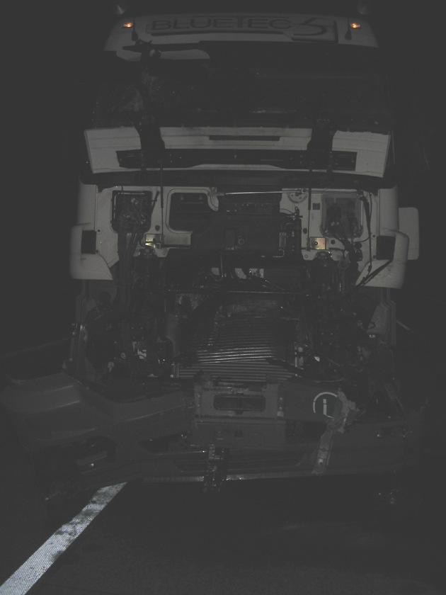 POL-HI: Sattelzugunfall auf der BAB 7 - Sekundenschlaf - ein Verletzter und hoher Sachschaden!